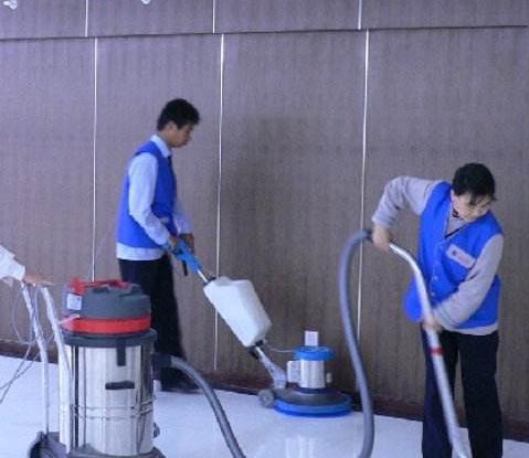 工人正在用吸尘器为新房做保洁工作