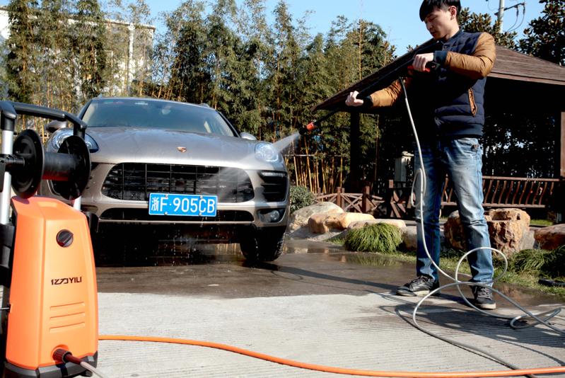 正在用亿力洗车机清洗家用小轿车
