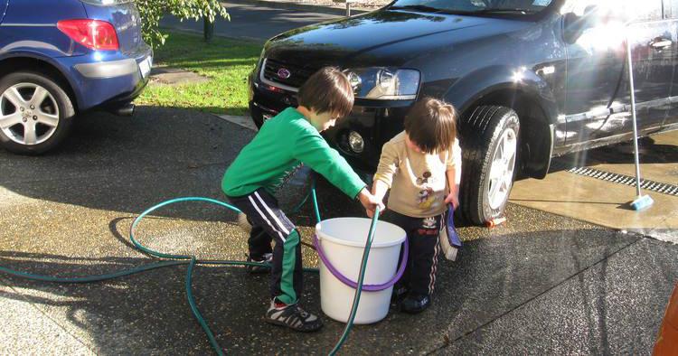 小朋友使用家用洗车机洗车