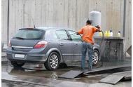 如何使用高压水枪清洁汽车轮毂?