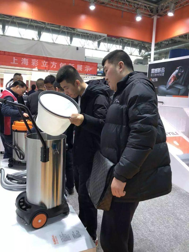展会上客户在查看新款亿力吸尘器